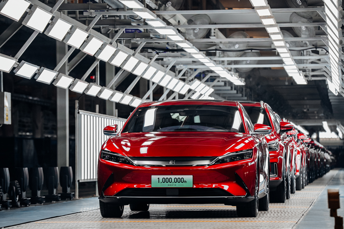 El vehículo número un millón, el Han EV, saliendo de la línea de producción